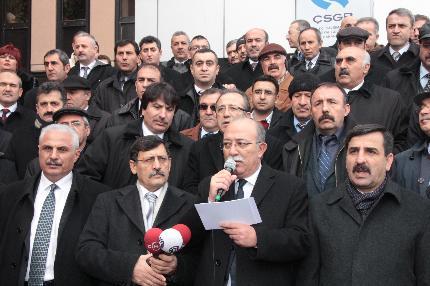 ÇALIŞMA BAKANLIĞI ÖNÜNE LACİVERT (!) ÇELENK BIRAKTIK.