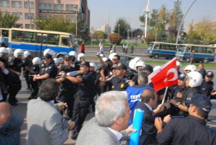 POLİSTEN MEMURA BİBER GAZI